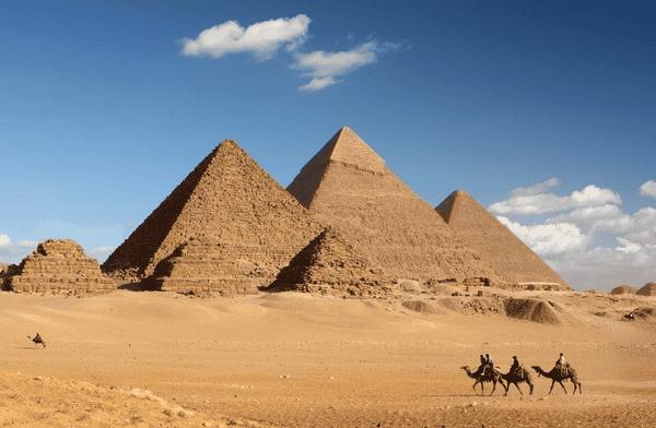 Kim tự tháp Giza của Ai Cập hùng vĩ, một trong 7 kỳ quan của thế giới