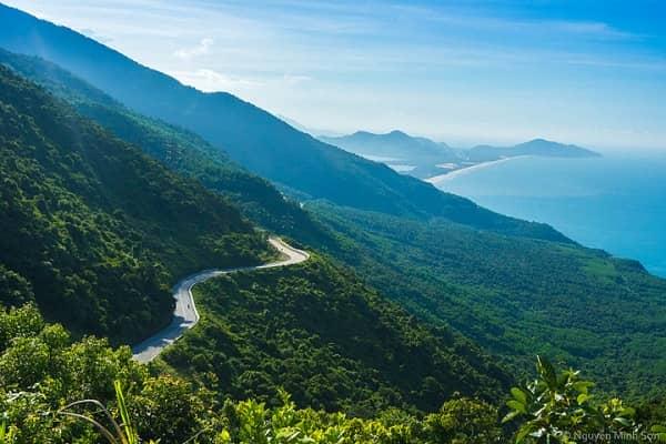 Từ đỉnh đèo Hải Vân có thể ngắm biển lớn bao la, núi non trùng điệp và sương trắng mây giăng