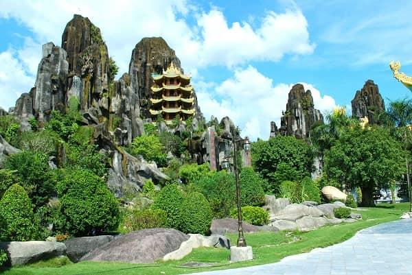 Ngũ Hành Sơn gồm hệ thống tất cả năm ngọn núi đá vôi với nhiều hang động kỳ bí rất đẹp
