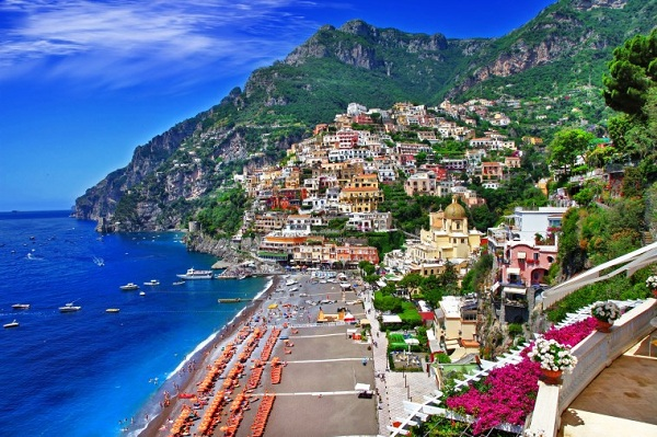Positano không hề đơn điệu với sắc vàng chủ đạo mà còn sắc tím và đỏ của các giàn bông giấy