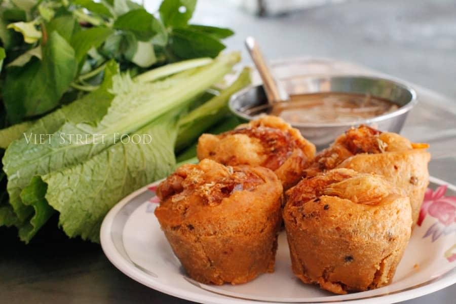 Bánh cóng được chiên ngập trong dầu ăn nên giòn tan, ăn rất ngon miệng