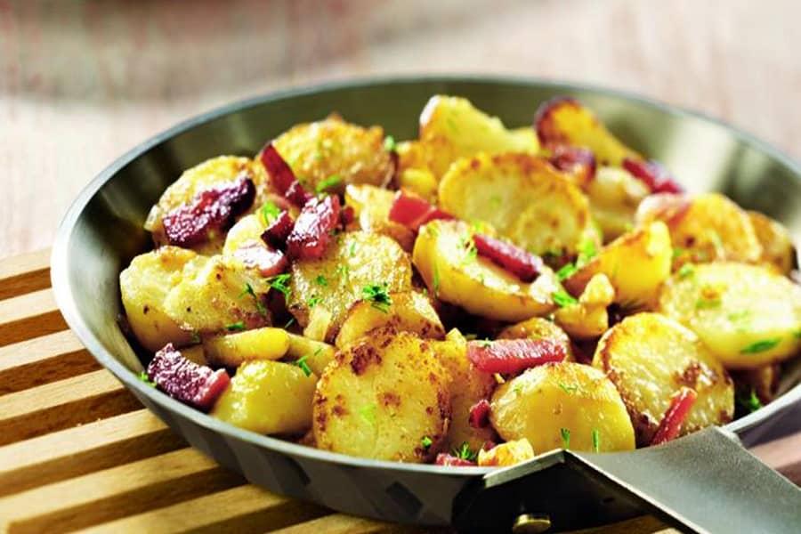 Khoai tây được nấu kèm với thịt xông khói và các loại gia vị