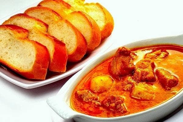 Cà ri đỏ Khmer của Campuchia ít cay hơn món cà ri của Thái và được ăn kèm với bánh mì