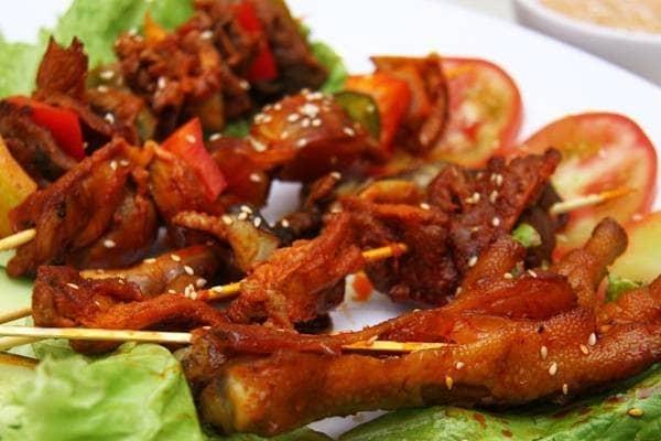 Chân gà nướng là một trong các món ăn vặt được nhiều người yêu thích