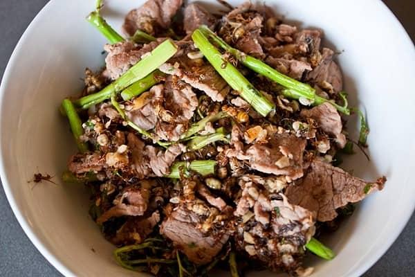 Vị chua độc đáo do những con kiến tiết ra thấm vào từng miếng thịt bò