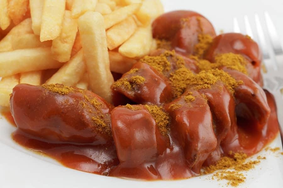 Currywursr đậm đà hương vị với hỗn hợp nước sốt của bột cà ri, nước sốt thịt, ớt bột, sốt cà chua