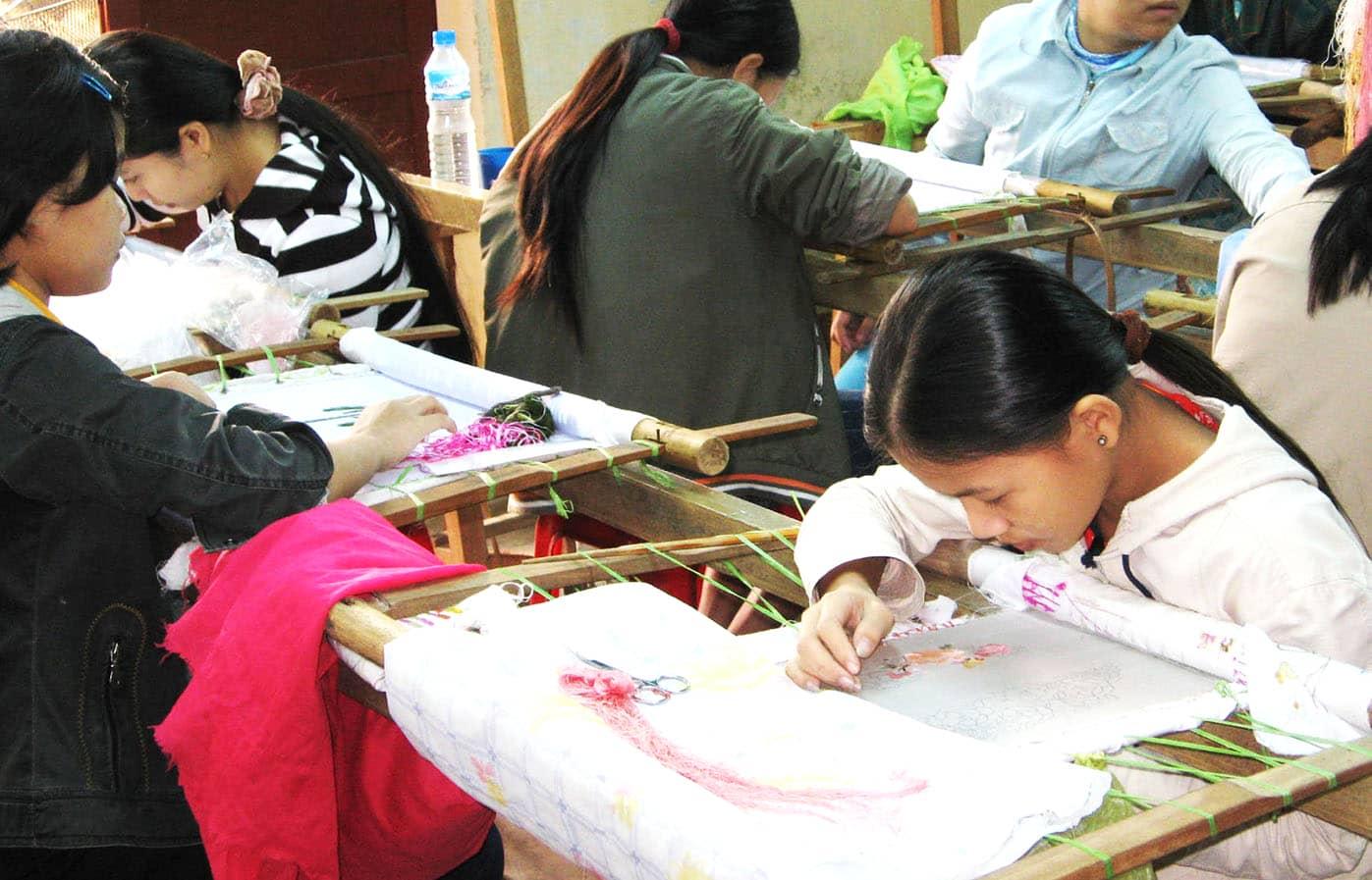 Đến Đà Nẵng không thể không mua đồ thêu ren thủ công