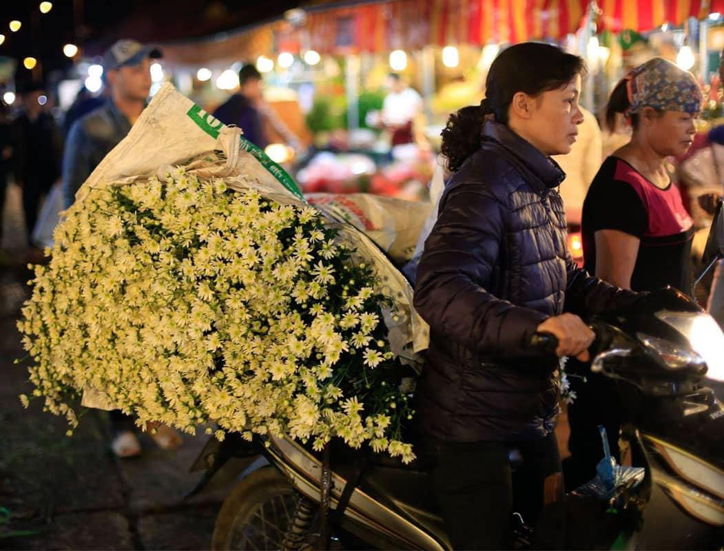 Chợ hoa Quảng Bá là chợ đêm lớn nhất Hà Nội