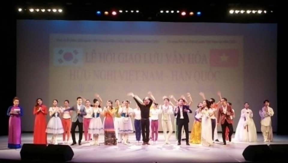Buổi hòa nhạc với sự góp mặt của các ca sĩ Việt – Hàn, với chương trình được dàn dựng công phu , hoành tráng