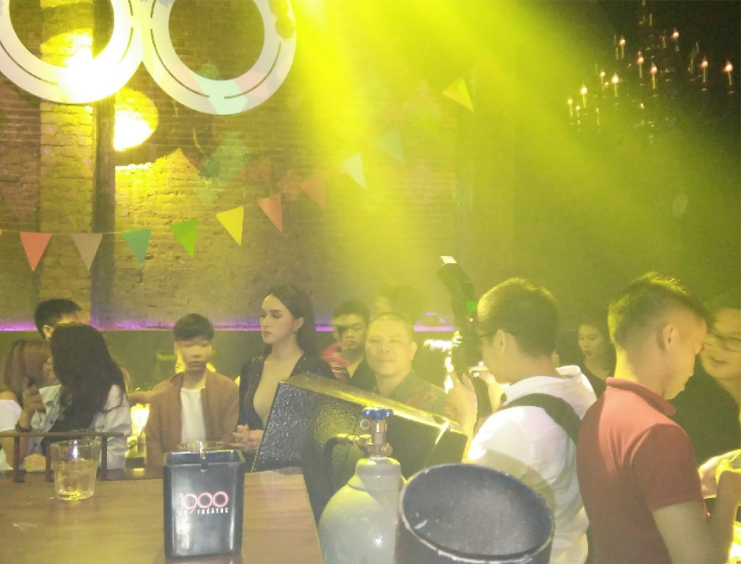 Nằm giữa trung tâm Hà Nội là Bar 1900