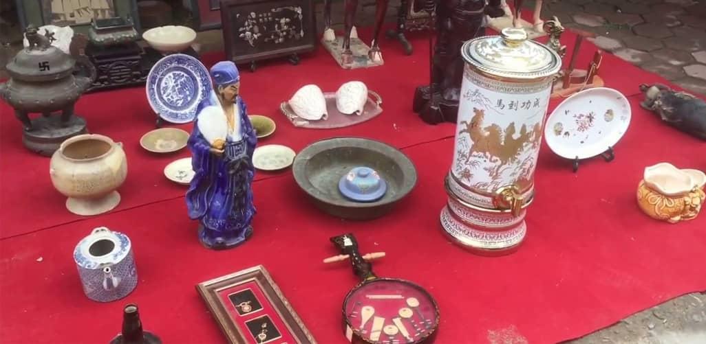 Chợ đồ cổ tự phát tại Đền Lừ, Hoàng Mai, Hà Nội
