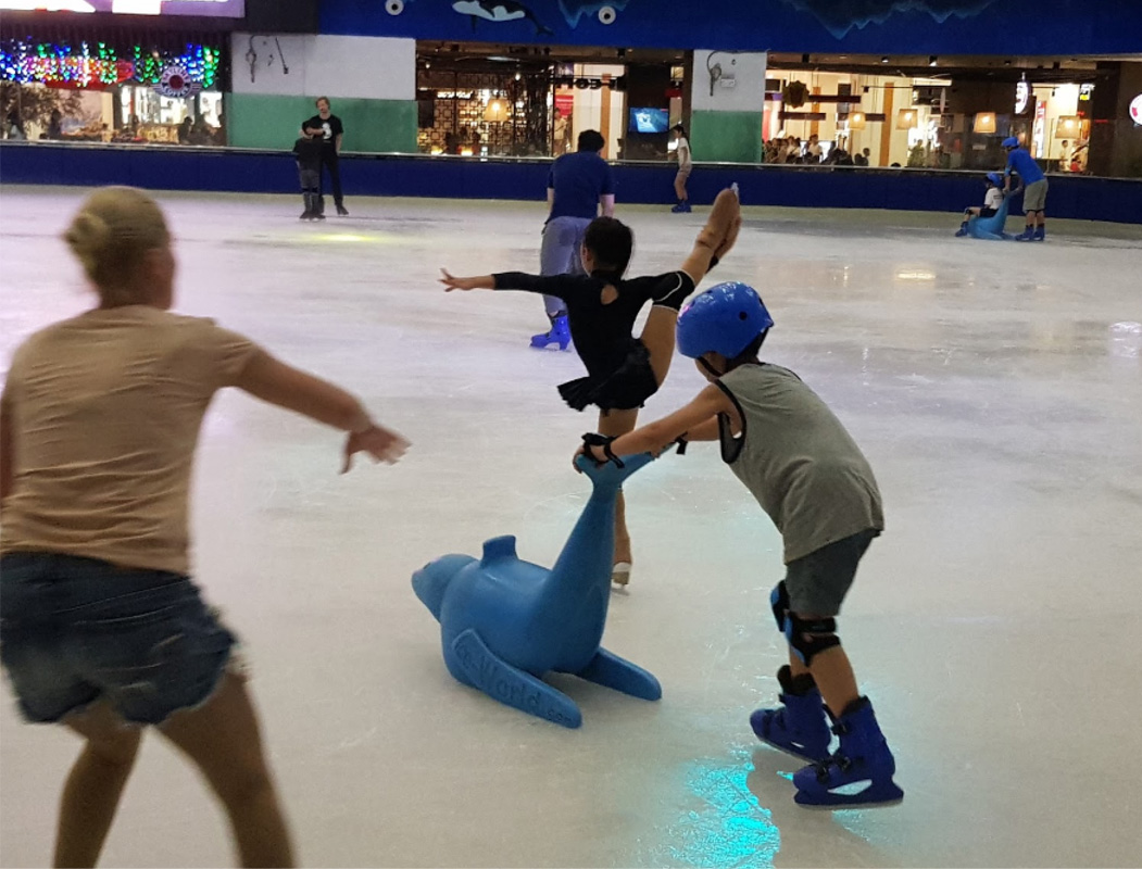 Khu trượt băng Vincom Ice Rink trong nhà cho trẻ em tại Hà Nội