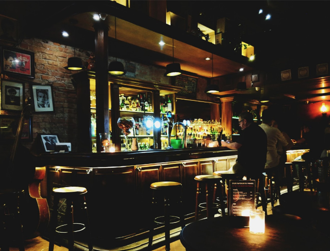 Không gian tại Polite & Co gợi cho người ta nhơ đến những Pub cổ điển tại Anh
