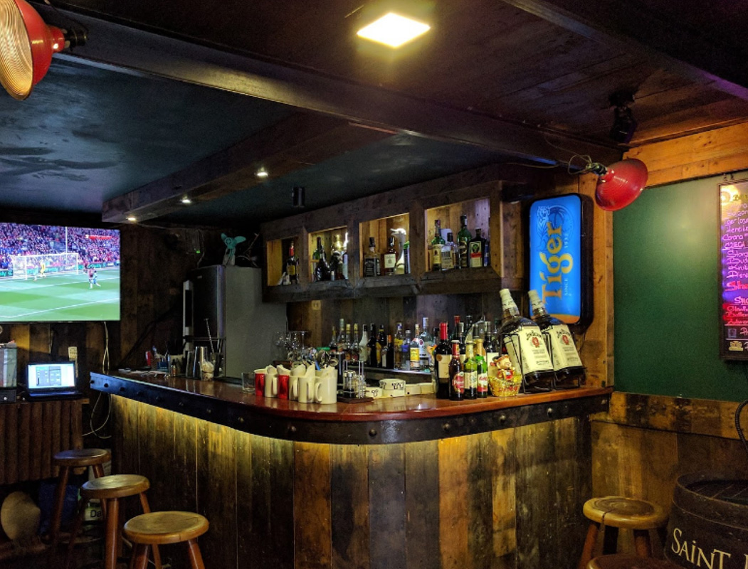 Quầy bar với thực đơn đồ uống hấp dẫn tại Prague Pub
