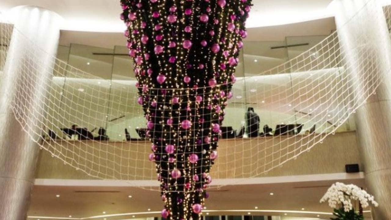 """Checkin """"cây thông ngược"""" trong làng Giáng sinh châu Âu tại khách sạn Pullman Hà Nội"""
