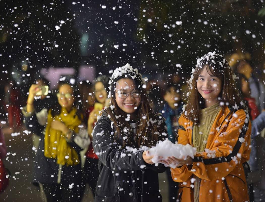 Khung cảnh lãng mạn trong đêm Giáng sinh tại Đại học Thăng Long, Hà Nội