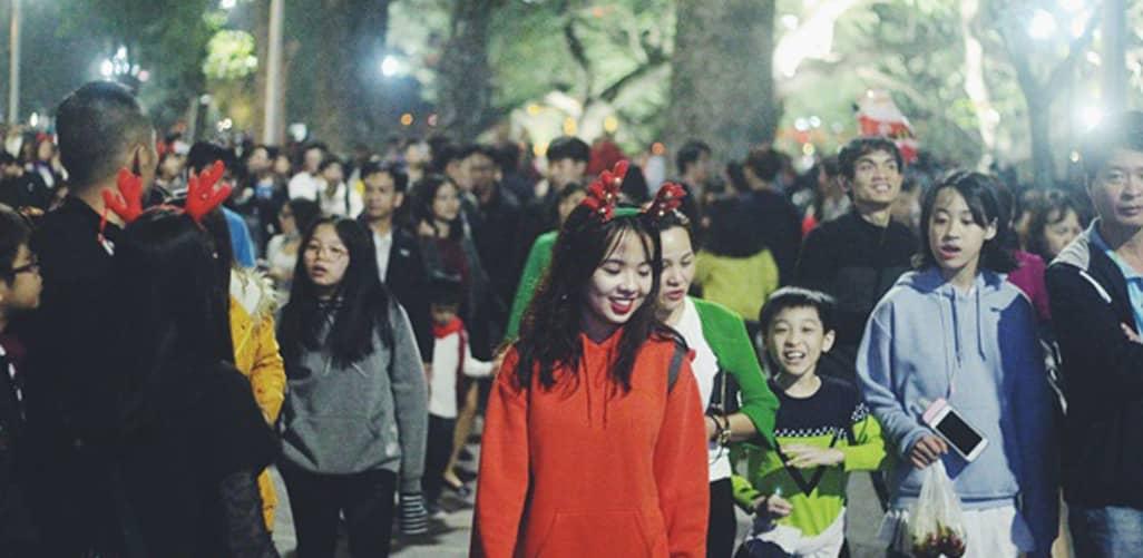 Phố đi bộ Hà Nội rực rỡ vào đêm Giáng sinh 2019