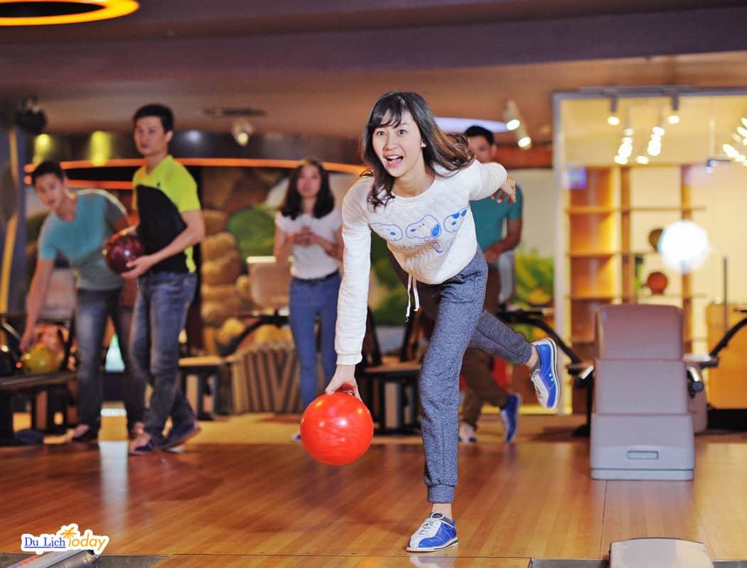 Royal Bowling - địa điểm chơi bowling nổi tiếng thu hút giới trẻ.