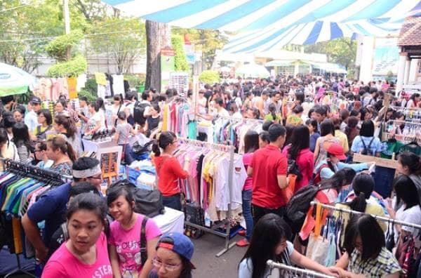 Không khí Hội chợ Tết nhộn nhịp hấp dẫn thu hút đông đảo người dân đến thăm quan và mua sắm.