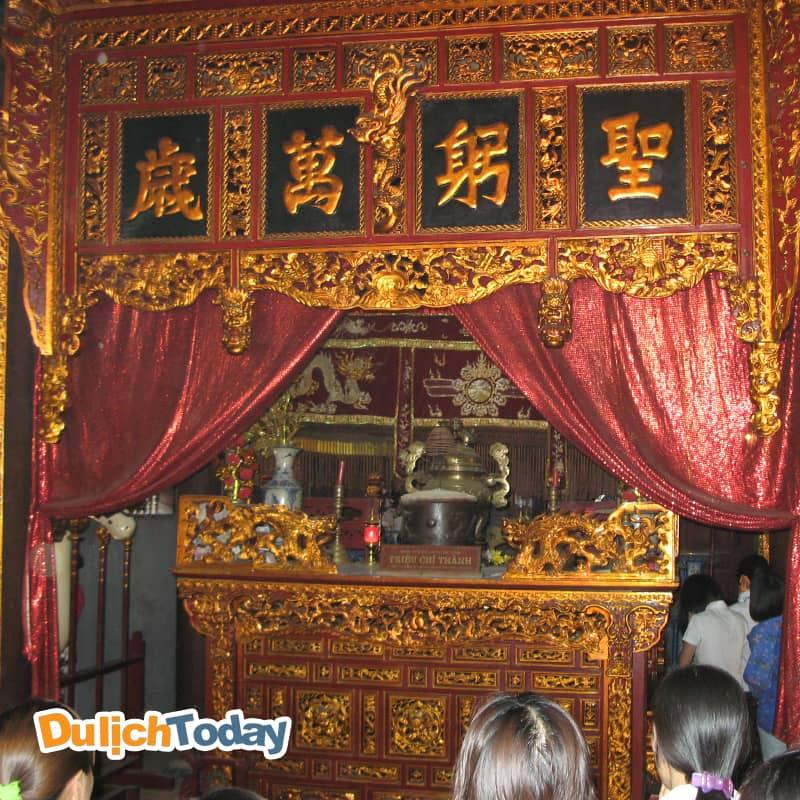 Ban thờ thành hoàng làng Triệu Chí Thành tại Đình Bối Hà