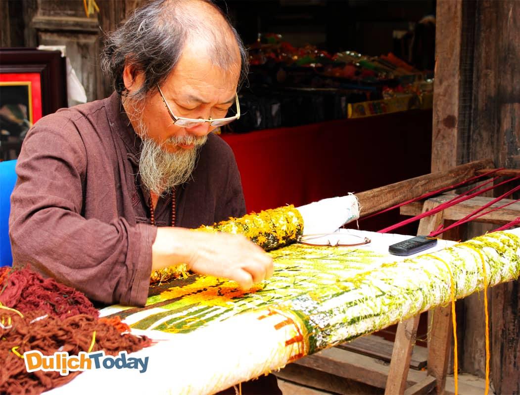 Nghệ nhân tranh thêu Quất Động tại Làng Nghề truyền thống