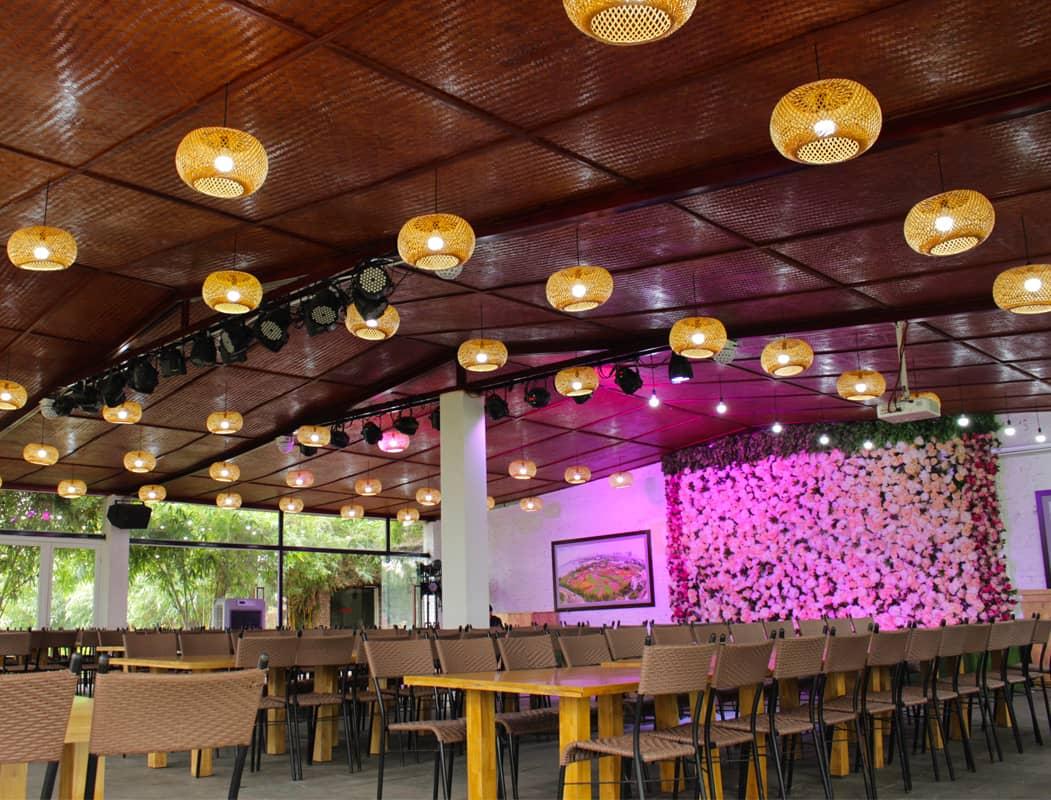 Không gian nhà hàng sang trọng