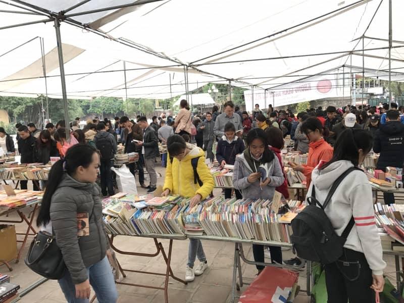 Đông đảo độc giả quan tâm tới hội chợ sách cũ Hà Nội