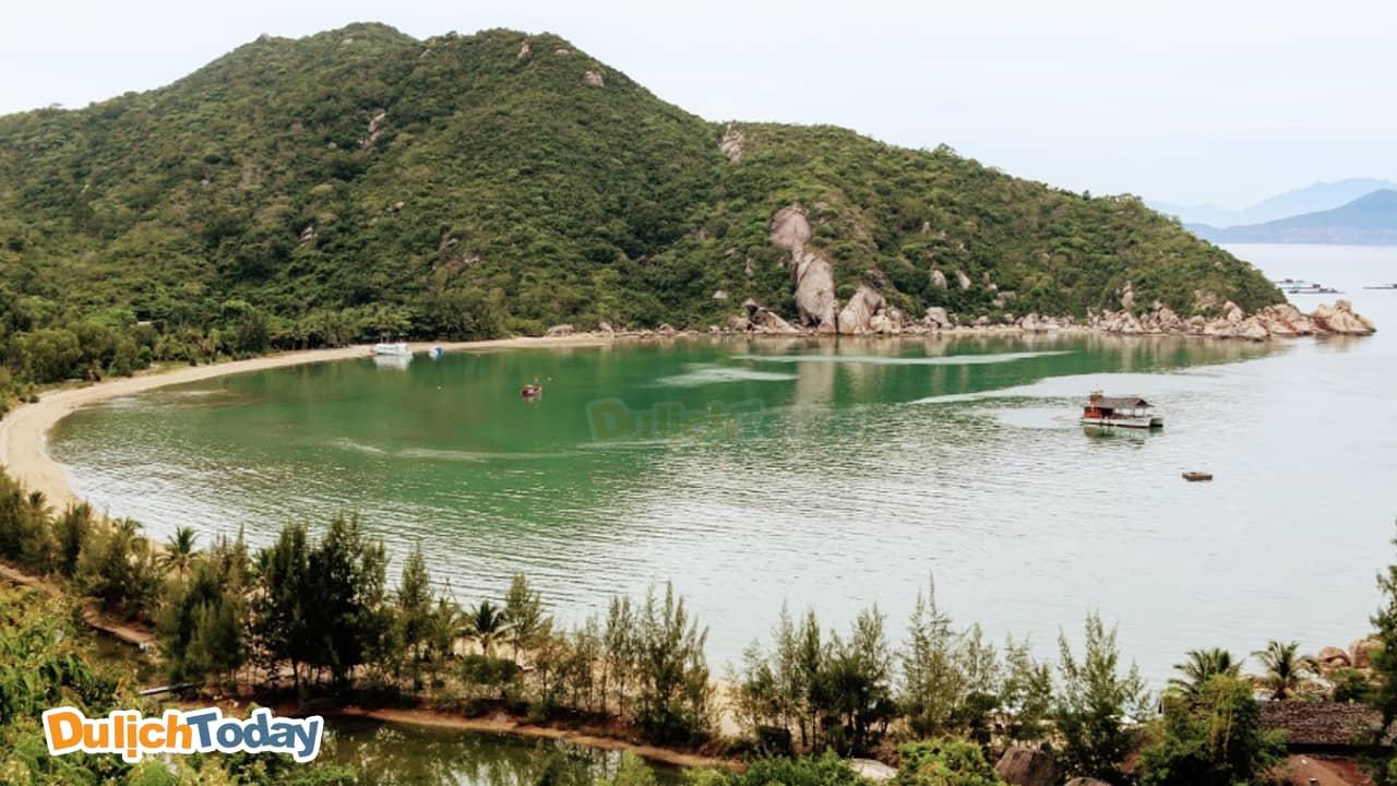 Vịnh Ninh Vân xinh đẹp nhìn từ L'Alyana