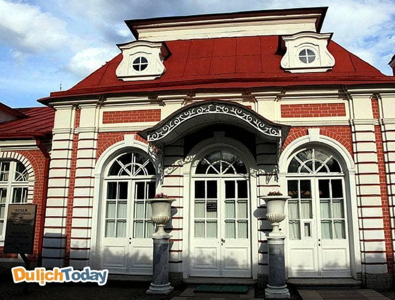Monplaisir - cung điện nằm trong hệ thống các cung điện ở cung điện mùa hè