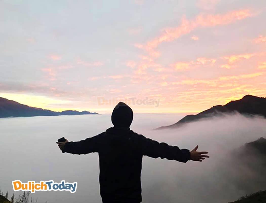 Tuấn Saker đứng trên núi cao ngắm nhìn thiên đường có thật trên mặt đất