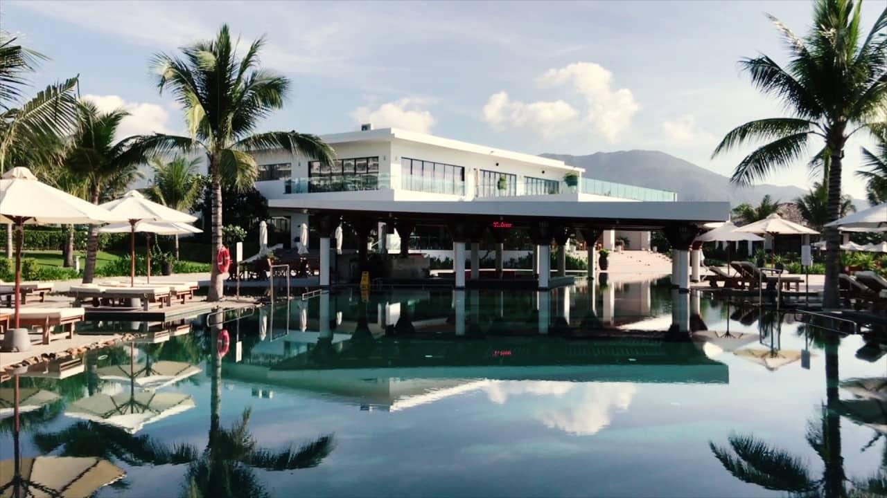 Bể bơi rộng lớn là ưu điểm nổi bật tại Cam RanhRiviera Beach