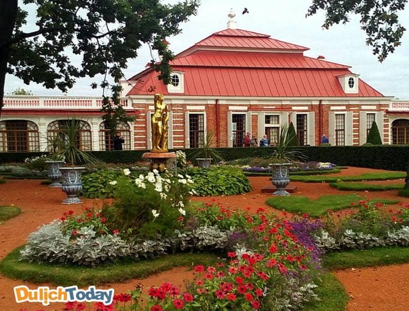 Cung điện Monplaisir rực rõ trong mùa hè tại Saint Peterburg