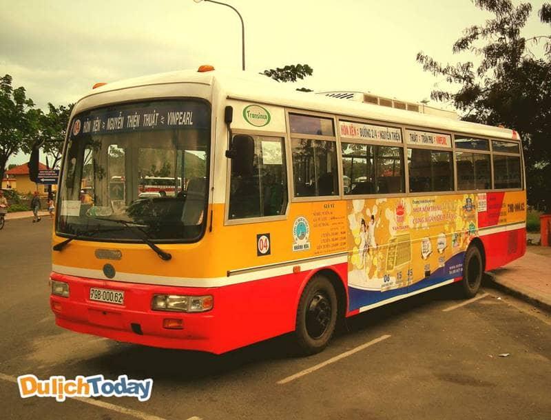 Đi khu du lịch Trăm Trứng bằng xe bus với giá 7000đ/lượt
