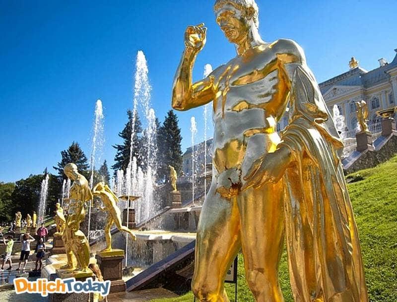 Cung điện mùa hè với hệ thống tượng đặc sắc