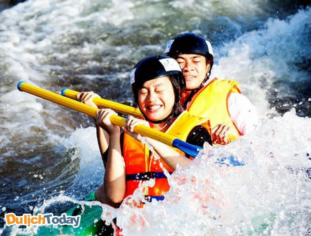 Chèo thuyền vượt thác tại Waterland suối Thạch Lâm