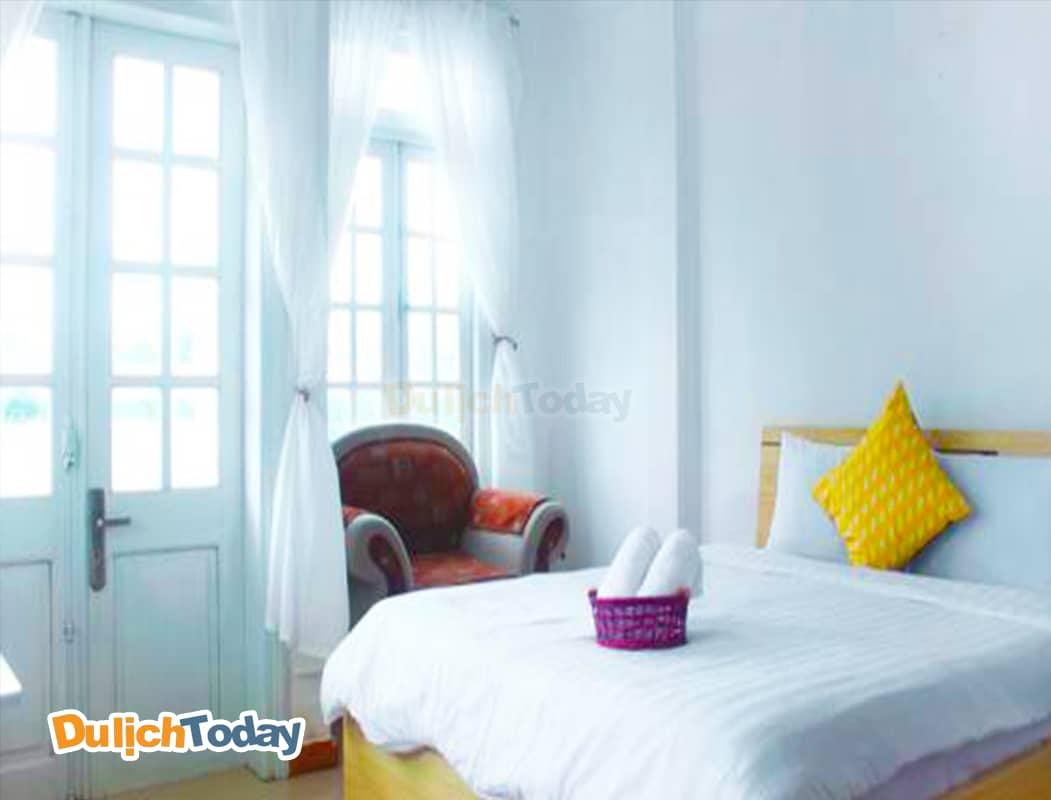 Phòng ngủ tại Vivid seaside với gam màu trắng chủ đạo