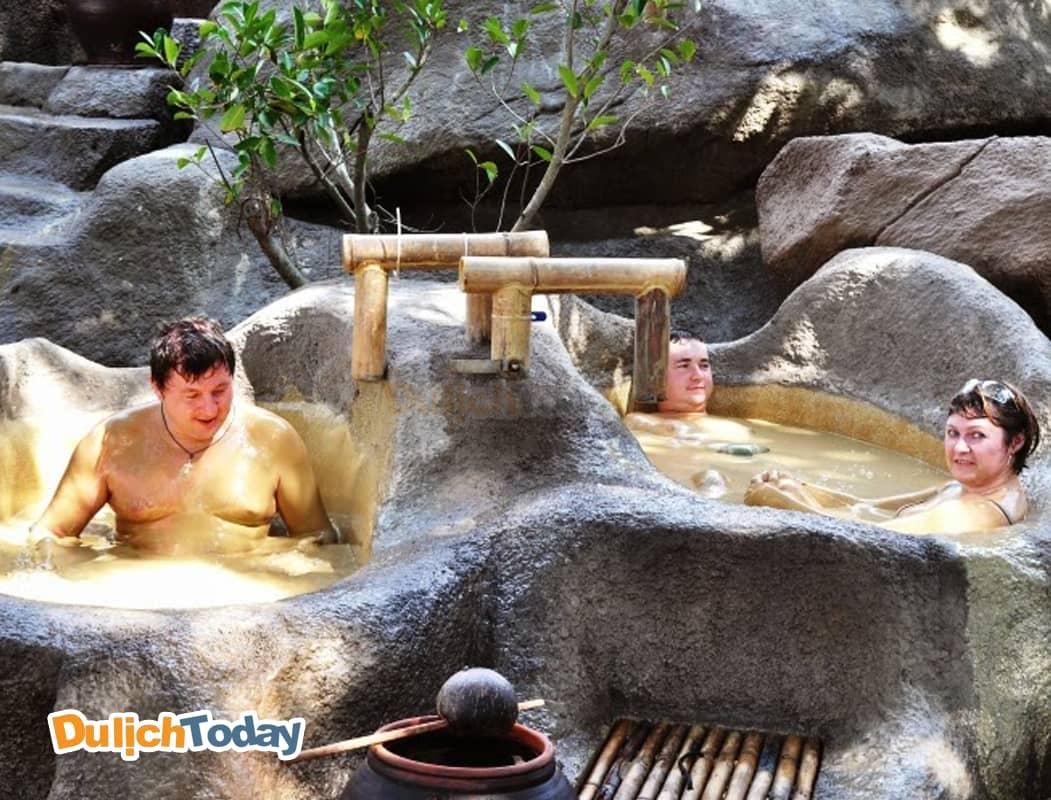 Tận hưởng cảm giác sảng khoái khi trải nghiệm dịch vụ tắm bùn tại Khu Du lịch Trăm Trứng