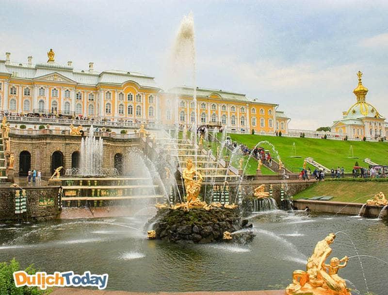 Great Cascade - thác nước trung tâm của cung điện mùa hè ở Saint Peterburg