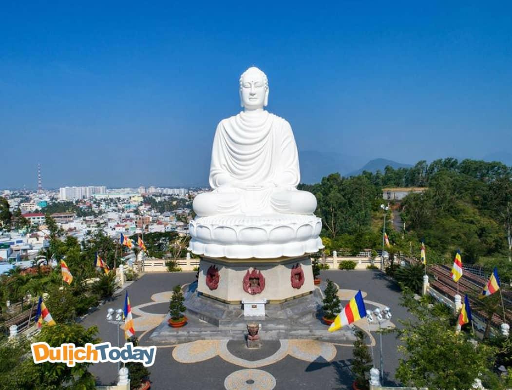 Tượng phật trắng chùa Long Sơn Nha Trang