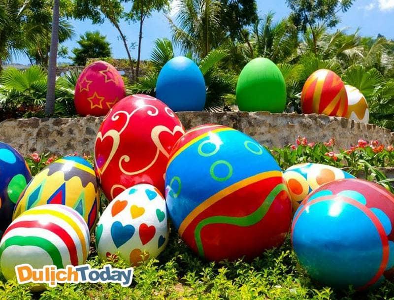 Tượng trứng nhiều màu sắc tại vườn hoa Pogana