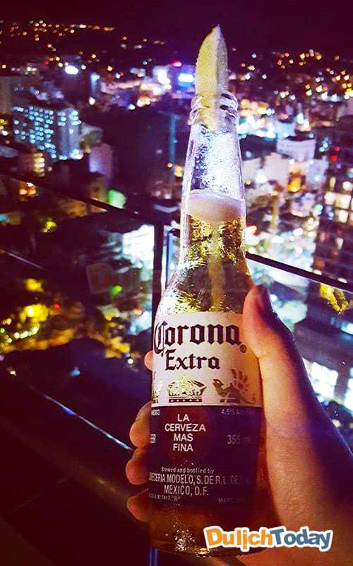 Tận hưởng một chai bia mát lạnh và ngắm cảnh toàn thành phố Nha Trang