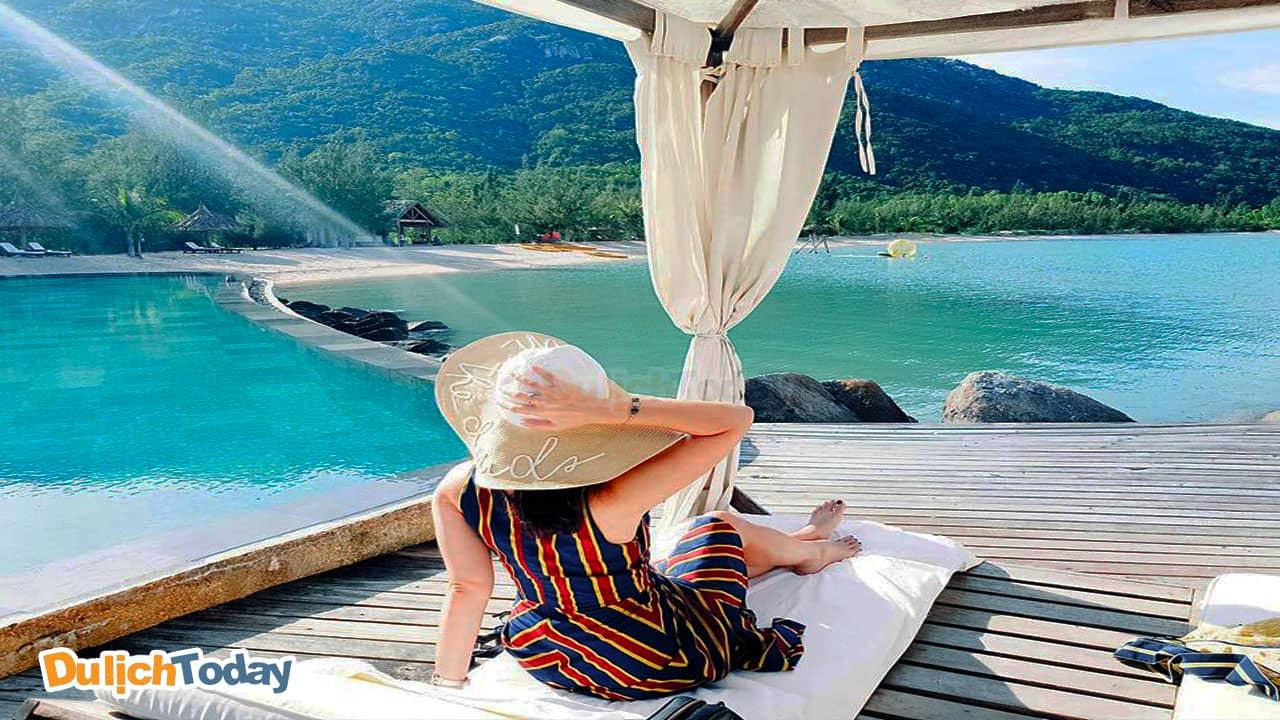 Tận hưởng một buổi sáng tuyệt vời bên hồ bơi của L'Alyana