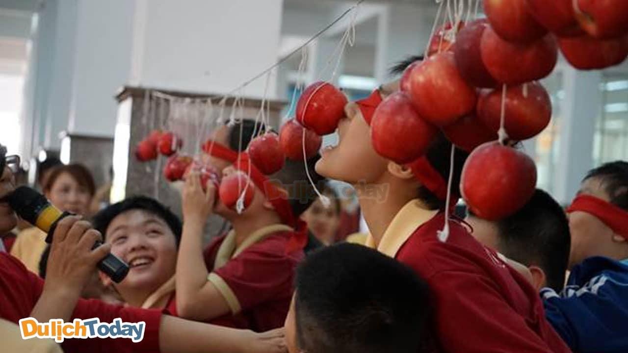 Ăn táo trên dây được người chơi đưa vào danh sách trò chơi tập thể vui nhộn ngoài trời