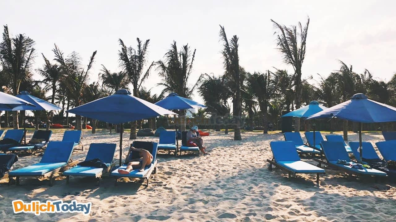 Tắm nắng tại bãi biển riêng của Duyên Hà resort Cam Ranh Nha Trang