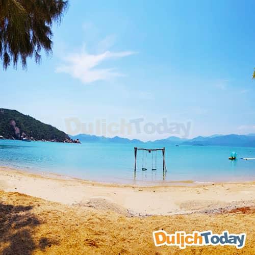 Tận hưởng bãi biển đẹp như thiên đường tại A'Lyana Ninh Vân Bay