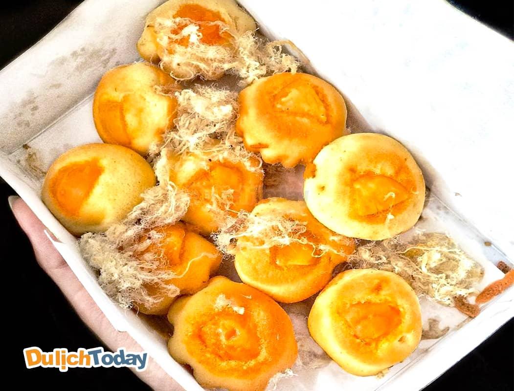 Bánh bông lan trứng muối hấp dẫn cả du khác trong và ngoài nước