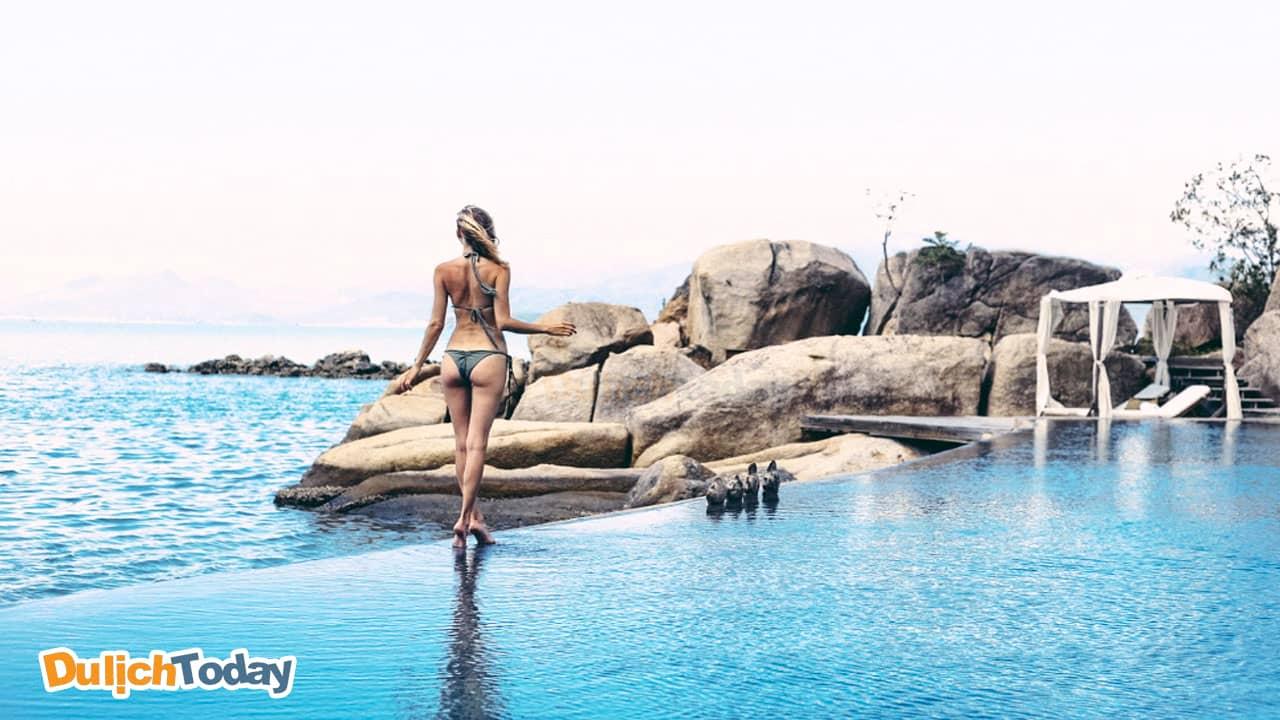 Bể bơi với hướng nhìn thẳng ra biển tại A'lyana Ninh Vân Bay resort