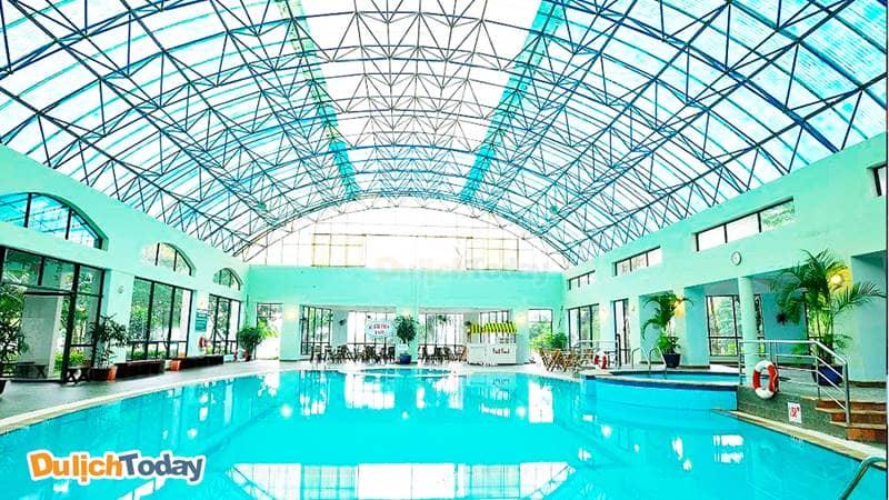 Điểm thu hút nhất tại Tản Đà Resort chính là bể bơi khoáng nóng trong nhà