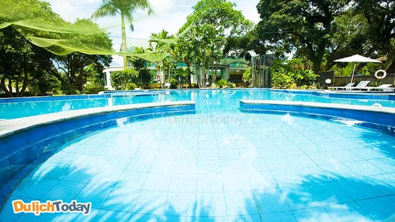 Bể bơi nước khoáng lạnh ngoài trời tại Tản Đà Resort được du khách yêu thích