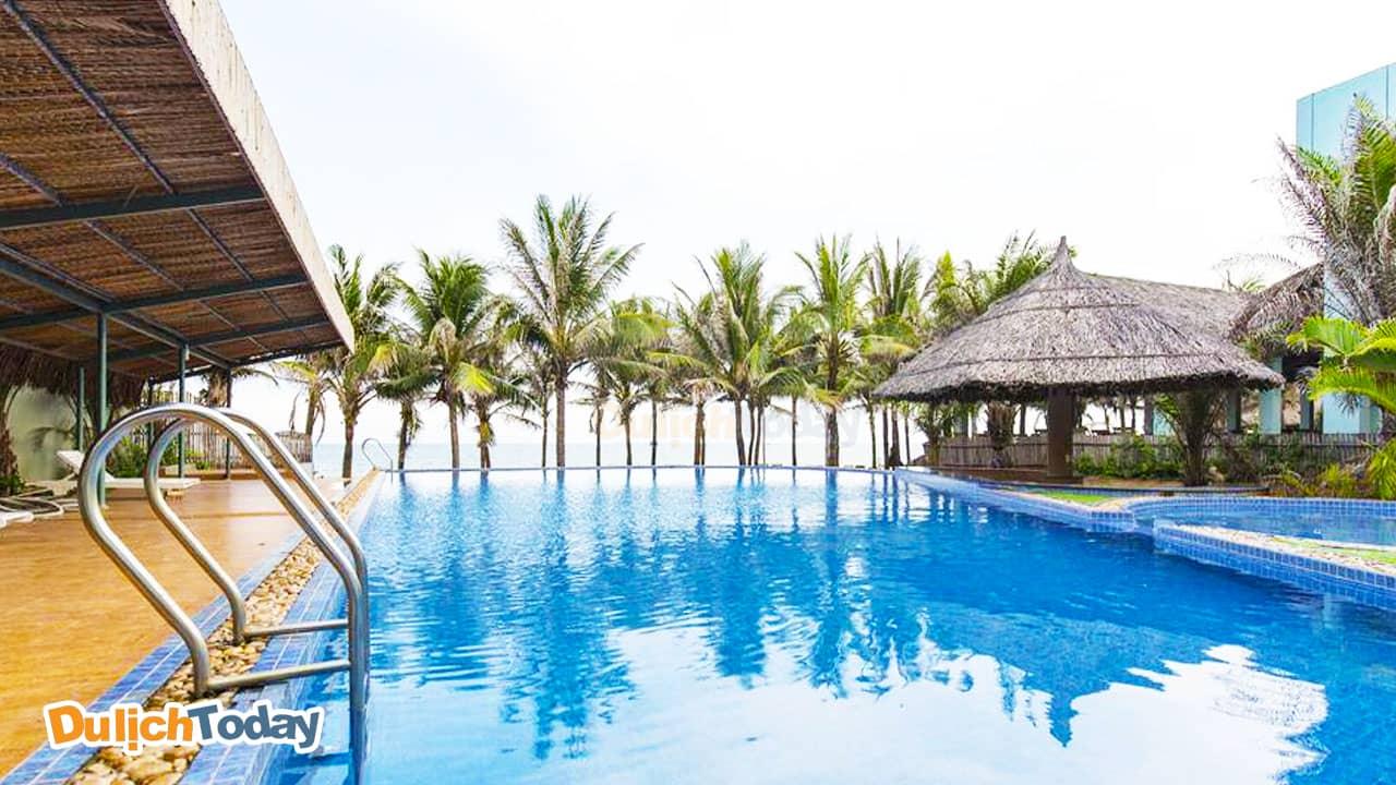Bể bơi ngoài trời nằm ngay sát biển tại Blue Sapphire resort